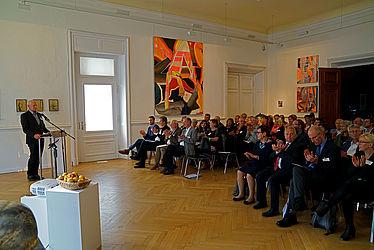 Bernhard Riggers begrüßt die geladenen Gäste